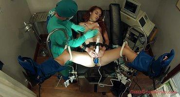 Доктор мастурбирует девушке вибратором половую щелку