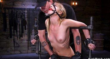 Старик связывает молодую рабыню и дрочит ей жестко вареник