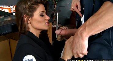 Заключенный ебется с начальницей полиции и кончает в нее