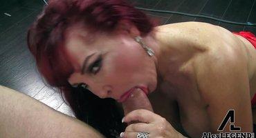 Сексуальный мачо трахает губастую тетку