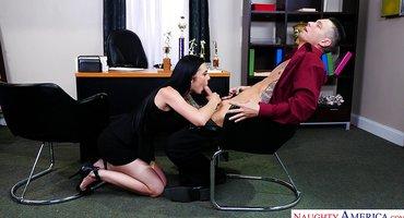 Девушке с начальником понравилась ебля на работе
