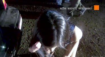 Полицейский на капоте машины оттрахал задержанную девку