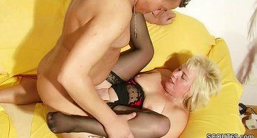 Зрелая парочка пробует снять порнушку на диване