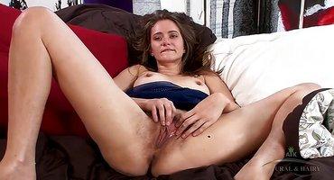 Девка в синем пеньюаре дрочит мохнатку на диване