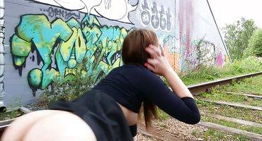 Девка показывает на улице стоячие сиськи с острыми сосками