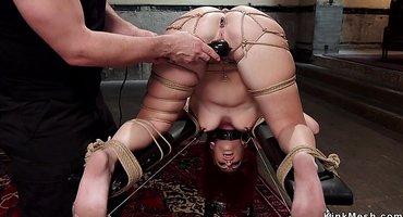 Господин трахает связанную рабу в пукан дилдо и членом
