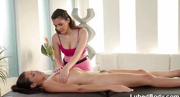 В большой комнате приключился лесбийский секс массаж