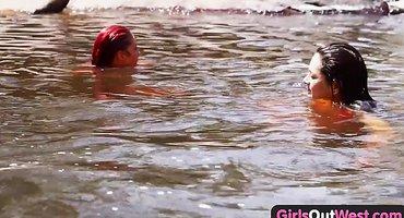 Симпатичные девушки целуются и лижут писи в реке