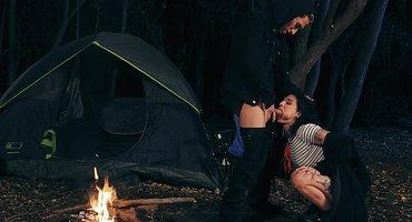 Парень красивую жену друга у палатки выебал в лесу