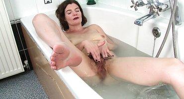 Старая тетка в ванне дрочит под водой лохматку