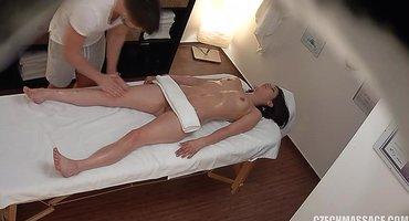 Скрытая камера на массаже сняла мощный секс