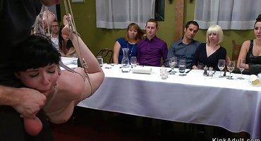 Мужики по очереди на столе имеют в жопу секс-рабыню