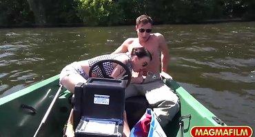 Двое рыбаков круто трахнули телку в лодке