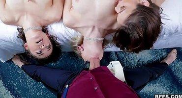 Пацан с длинным толстым членом трахает трех девок
