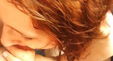 Пацан трахнул и насцал в рот рыжей подруге в ванне