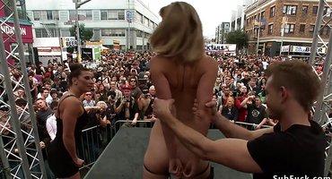 Супруги публично трахают девку и бьют по ней стеком