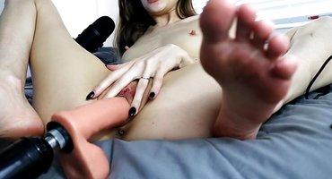 Девка размяла секс-машиной глубокое нежное влагалище