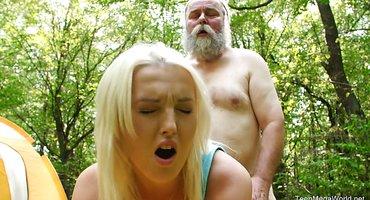 Старик раком около палатки имеет стройную девку