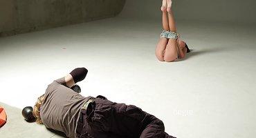 Красотка раздвигает ноги в студии фотографа