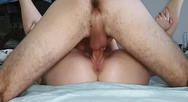 Волосатый мужчина держит хуй во влажной писе жены