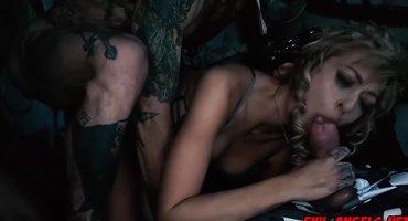 Военные в пещере вскрыли очко и вагину девушки