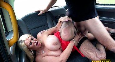 Водитель такси грубо трахнул женщину в машине