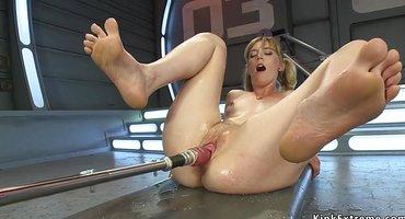 Девушка включила секс-устройство и сквиртанула