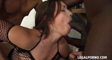 Девушка ласкает на диване двух чернокожих ебарей
