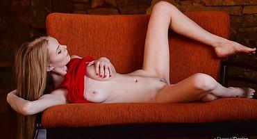 Худая на красном кресле дрочит руками теплую писюлю