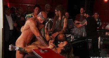 Зрелый мужик связанную красотку ебет в баре перед публикой