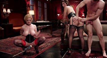 Мужик трахает в загородном клубе двух секс-рабынь