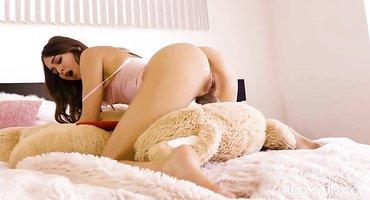 Деваха в постели гладит мохнатку сочными пальчиками