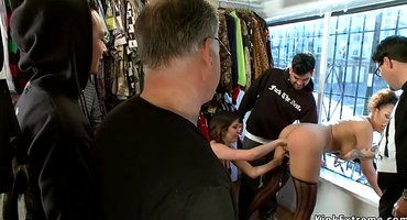Продавец в магазине перед покупателями выебал секс-рабыню