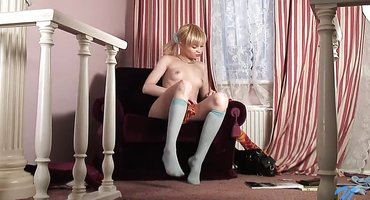 Блондинка в кресле играет с нежной розовой пизденью
