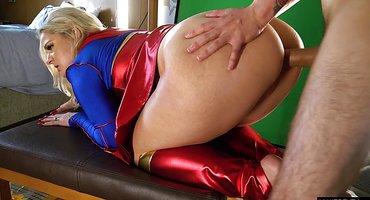 Супервуман трахается в задний проход с парнем