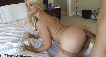Пацанчик перед женой выебал в узкую жопу блондинку
