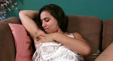 Деваха на диване играет с мохнаткой всеми пальчиками