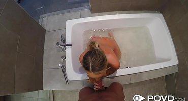 Блондинка после ванны ездит на члене парня