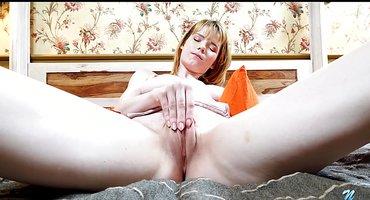 Блондинка в постели гладит пальчиками теплую писюлю