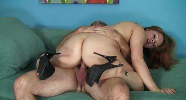 Зрелый любовник активно трахает жопастую бабу