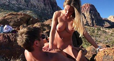 Пара во время походы в горы отлично ебется на камнях