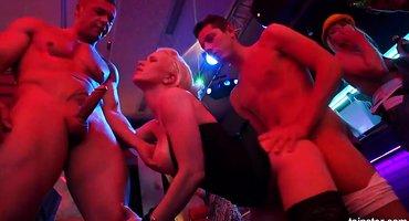 Девки напились на дискотеке и публично дают мужикам