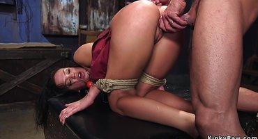 Хозяин трахает хуем и дилдо обе дырки рабыни