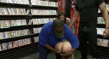 Связанную девушку в магазине трахнули в рот до спермы