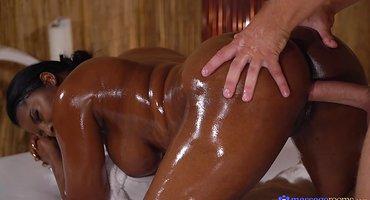 Белый выебал негритянку во время горячего массажа