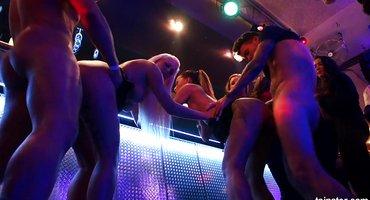 Пьяных девок ебут в клубе все крепкие мужики