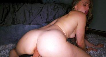У развратницы с мохнатым лобком черный хуй в заднице