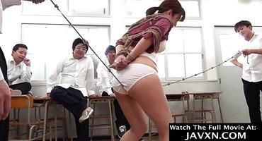 Корейский учитель перед студентами связывает девицу
