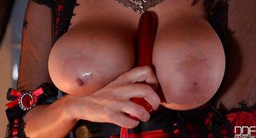 Женщина ласкает киску красным фаллоиммитатором