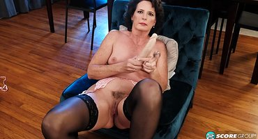 Старуха на кресле сует самотык в теплое влагалище